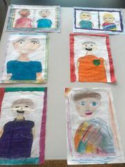 Portrety babć i dziadków na gazetce w świetlicy.