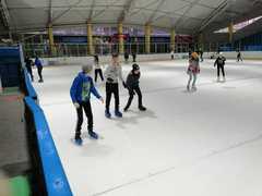 Uczniowie w trakcie zabawy na lodzie.