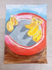 Na talerzu cząstki pomarańcza.