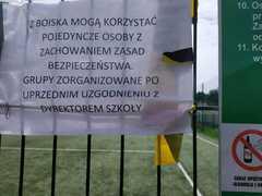 Informacja : kto może korzystać z boiska szkolnego.
