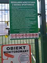 regulaminy i inne informacje na ogrodzeniu boiska.