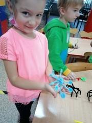 Dziewczynka prezentuje wykonaną meduzę.