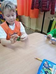 Chłopiec zajęty wykonywaniem pracy.