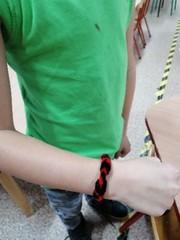 Czarno-czerwona bransoletka.