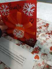 Uczeń wrzuca do przygotowanego pudełka kartkę z piękną gwiazdką.