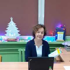 Pani Alicja trzymająca swoją książkę.