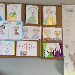 Gazetka z pracami dzieci portretami babci i dziadka