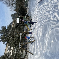 Dzieci ze świetlicy bawią się na śniegu