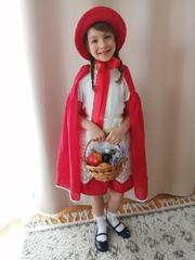 Kalinka przebrana za Czerwonego Kapturka.