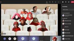 Uczniowie klasy 6b przebrani w czerwone i różowe ubrania.