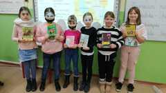 Lubimy czytać nie tylko w Walentynki- czytelniczki klasy 3a.