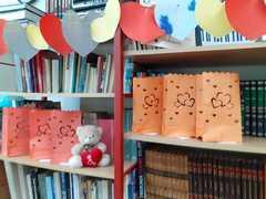 Walentynki w szkolnej bibliotece.