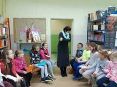 Spotkanie w bibliotece z autorami książek z klasy 2b - na początek uczniowie reklamują swoje książki.