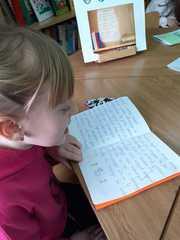 """Paulina czyta """"Szpiega Lily""""."""