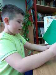 """Leon czyta """"Przygody Generała""""."""