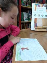 """Aleksandra czyta """"Zaczarowanego psa""""."""