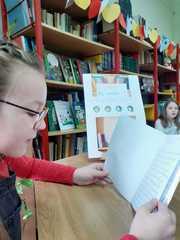 """Zuzanna czyta książkę """"Czy mnie zauważysz""""."""