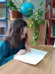 """Karolina czyta książkę """"Rybaki""""."""