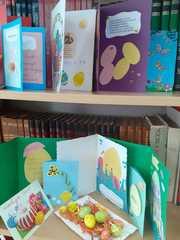Kartki z życzeniami świątecznymi robione przez uczniów szkoły.