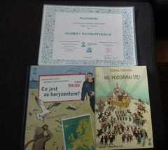 Dyplom i książki - nagrody dla wyróżnionego w konkursie Oliwiera Wesołowskiego.