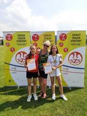 Dziewczęta biorące udział w zawodach z panią Violettą Grzejszczak.