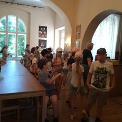 Uczniowie w pałacu oglądają zdjęcia znanych aktorów.