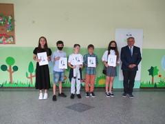Uczniowie klasy 6a, którzy otrzymali nagrodę burmistrza Krapkowic.
