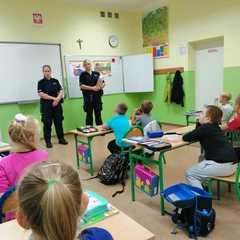 Panie policjantki opowiadają o bezpieczeństwie uczniom klasy 1b.