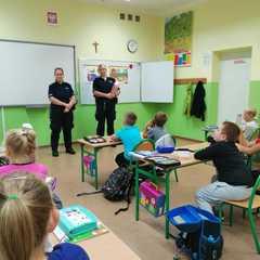 Panie policjantki opowiadają uczniom klasy 1b o bezpieczeństwie.
