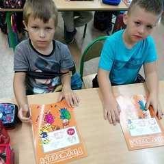 Chłopcy ze swoimi książkami.